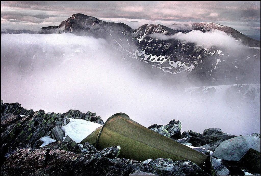 På grunn av moderne og lett utstyr kunne jeg dra med meg telt, sovepose, kokeutstyr , cognac, mat og vann opp på Veslesmeden i Rondane. (2014 moh) Fant en liten snøflekk helt på toppen. Utstyret ga meg muligheten til å overnatte her oppe i skyene og la øyeblikkene selv velge hvordan de ville møte meg.