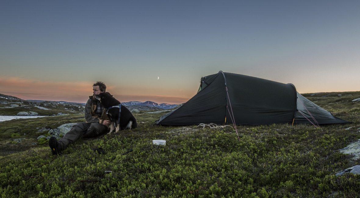 Brenner du for jakt og fiske? Da er du ikke alene. Heldigvis har vi gode muligheter for å bedrive denne hobbyen i Norge, med mye vill og vakker natur. Jakt og fiske trenger imidlertid ikke begrense seg til turer sammen med jaktlaget i ny og ne. Vi skal her tipse deg om hvordan du kan få mest mulig ut av jakthobbyen – året rundt! Bygg en jakthytte eller et jakttårn En annen måte å ivareta jakthobbyen på, er ved å bygge et jakttårn eller en jakthytte. Dette er noe du kan pusle med utenom jaktsesong, mens du gleder deg til jakten kan starte. Det finnes gode nettsider der du kan lære mer om bygg og snekring, slik at jakthytten eller jakttårnet blir en suksess. Med et jakttårn har du et fint utsiktspunkt når du skal speide etter stor- eller småvilt. Ta med deg kikkerten og sett seg i tårnet. Her får du mulighet til å se naturen rundt deg ekstra godt! Har du en egen jakthytte på fjellet, har du det perfekte utgangspunkt for flotte jaktturer. Rett utenfor hyttedøren kan du kanskje finne orrhøne, ryper eller til og med storvilt som elg og hjort. Lag en jaktblogg Dersom du elsker å jakte, kan det kanskje være kjedelig i vår- og sommermånedene. Høst er jaktsesong her til lands. Resten av året går kanskje med til planlegging og fantasering om flott rypefangst. Hvorfor ikke få mer ut av hobbyen din, slik at den kan nytes hele året? Vi kan for eksempel anbefale deg å lage en blogg om jakt eller fiske! Her kan du dele innlegg når som helst i løpet av året, og til og med tjene litt penger. Dersom du skal ha en jaktblogg, er det enkelt å sette i gang. Du kan for eksempel enkelt lage en blogg i WordPress. Sørg også for at du har sikkerheten på plass. Tenk også på din egen datamaskin sin sikkerhet, og anvend Mac antivirus eller lignende for beskyttelse. For å tjene penger på blogg må du sørge for at den har nok lesere. Da kan du tjene penger på annonseinntekter og lignende. Del derfor lenke til bloggen din i sosiale medier, slik at flest mulig legger merke til den. Bli med i et jaktl